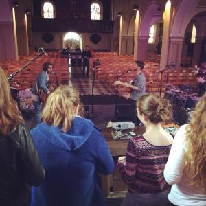 Répétition du groupe avec les choristes à St-Donat - source : Les Aralunaires